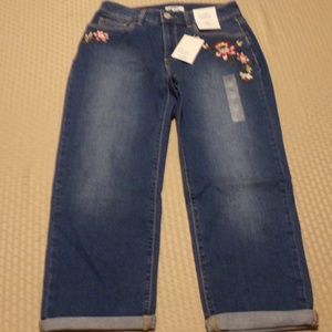 NWT Croft and Barrow ~ Floral Embroidered CAPRI